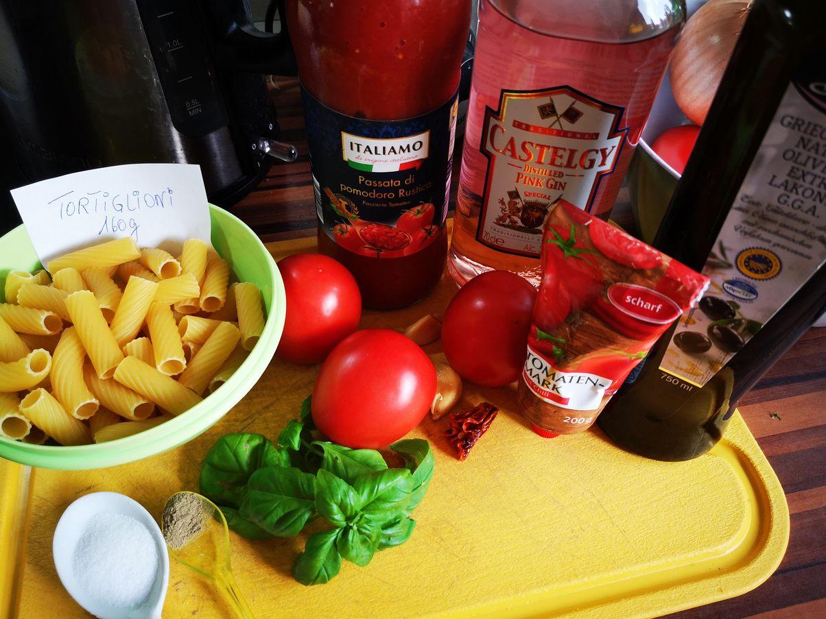 Zutaten für Tortiglioni all arrabiata Sauce mit Chili