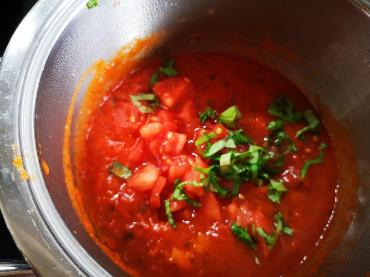 In die all arrabiata Sauce geben und auf kochen dann köcheln lassen
