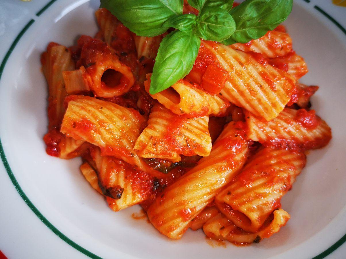 fertig untergehobene  Tortiglioni in arrabiata Sauce mit Chili