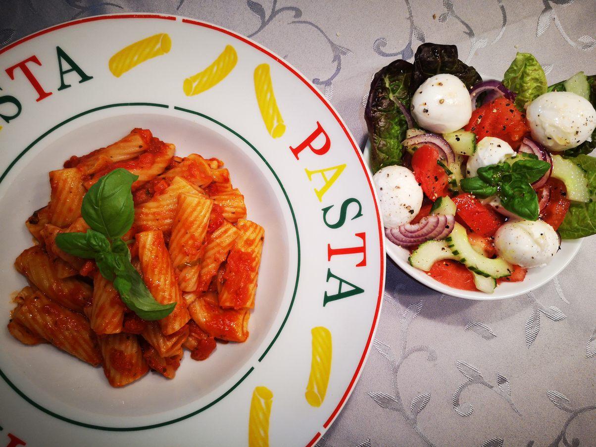 Tortiglioni in arrabiata Sauce mit Chili und Salat