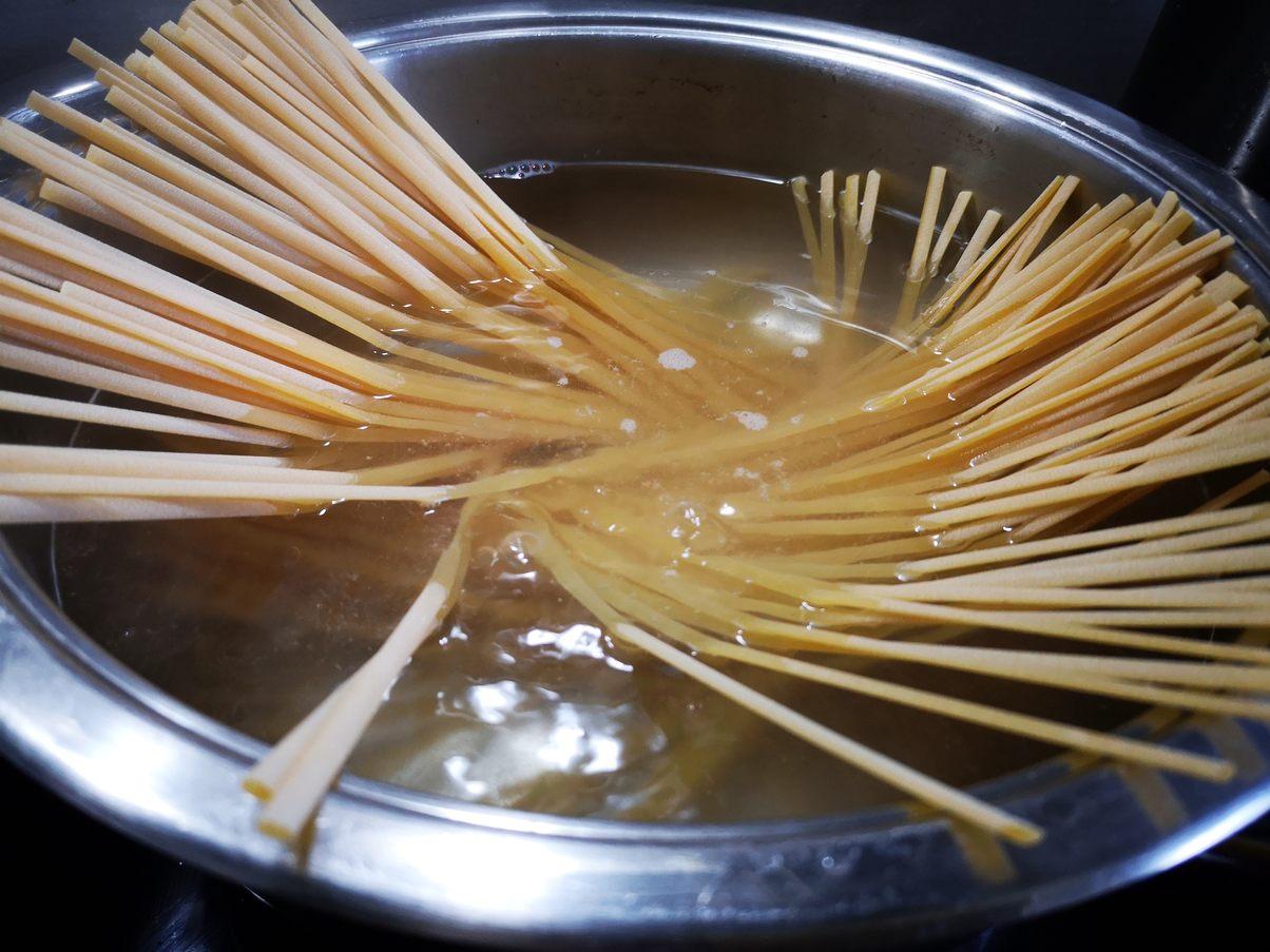 Spaghetti in reichlich Salzwasser al dente kochen