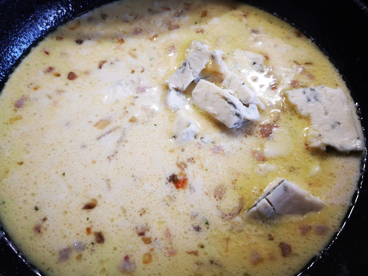 Gorgonzola zur Sauce geben und schmelzen lassen