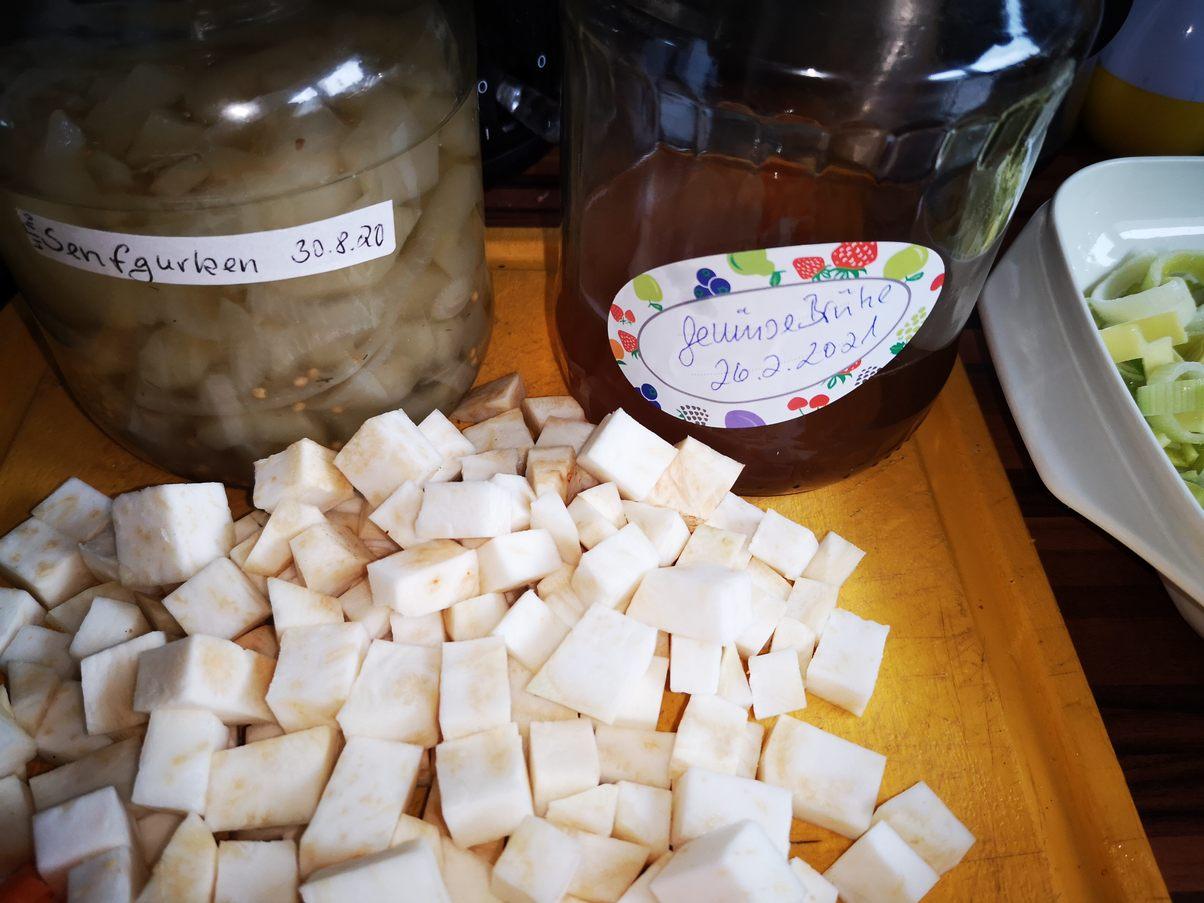 Selleriewürfel und Gemüsebrühe,Saure Gurken