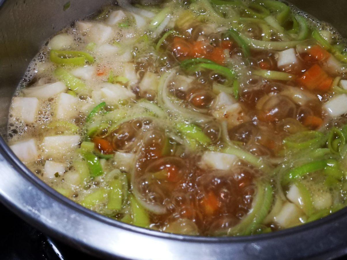 Zutaten Wurzelgemüse  in der Brühe kochen